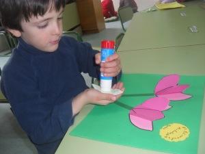 Miguel pegando las hojas