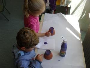 Pintamos la maceta de morado.