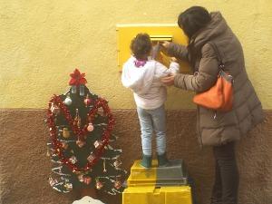 Como somos pequeños Carmela nos puso unas cajas. ¡uf. menos mal!