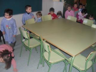 La buscamos detrás de las mesas...