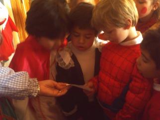 Lidia, David y Alejandro leyendo el mensaje: El viernes con un brinco nos vamos con el circo