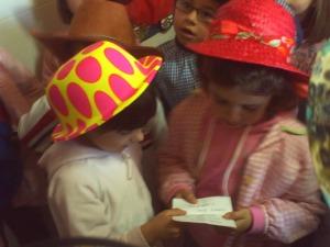 Pilar y Guisela leen el mensaje para el miércoles