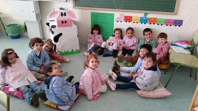 La vaca Lali se presenta a nuestros alumnos.